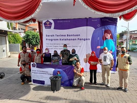 Sinergi dengan Tim Relawan Kota Semarang, Departemen Ilmu Komunikasi Undip Serahkan Paket Ketahanan Pangan